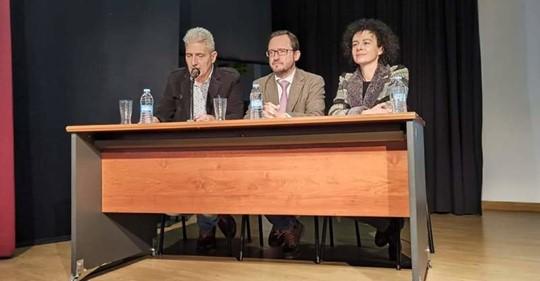 El representante del Ayuntamiento Ángel Gutiérrez Blanco, el director general de Patrimonio Cultural de la Junta de Castilla y León, Gumersindo Bueno, y la directora Carmen Comadrán.